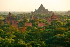 Buddistiska pagoder på soluppgång, Bagan, Myanmar. Arkivfoton