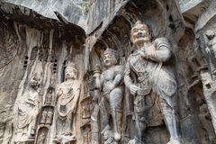 Buddistiska skulpturer i den Fengxiangsi grottan, Luoyang, Kina arkivfoto