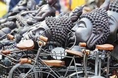 Buddistiska souvenir som säljer på gatan arkivbilder