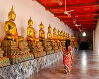 Buddistiska statyer i buddistisk tempel i Bangkok arkivbild
