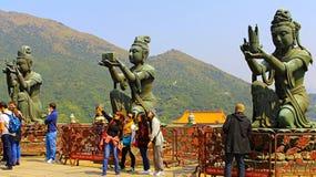 Buddistiska statyer på stora buddha, lantau, Hong Kong Arkivbild