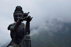 Buddistiska statyer som lovordar och gör offerings till Tian Tan Buddha i den Lantau ön i Hong Kong Royaltyfri Bild
