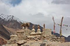 Buddistiska stupas chorten i himalayasna Arkivbild