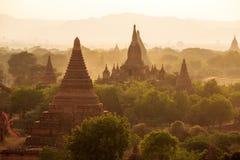 Buddistiska tempel i Bagan på solnedgången, Myanmar Royaltyfria Bilder