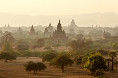 Buddistiska tempel i Bagan på solnedgången, Myanmar Fotografering för Bildbyråer