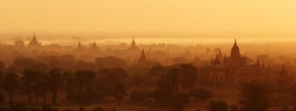 Buddistiska tempel i Bagan på solnedgången, Myanmar Royaltyfri Bild
