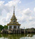Buddistiska tempel och vattnet Arkivfoton