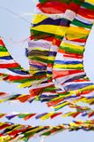 Buddistiska tibetana bönflaggor mot blå himmel Arkivbilder