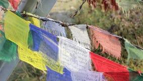 Buddistiska tibetana bönflaggor på taggtråd Tibet ska vara fritt Översättningen av texterna på stock video