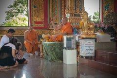 buddistiska tillverkare förtjänar tempelet Royaltyfri Bild