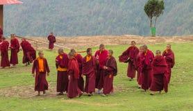 Buddistiska unga munkar i Nepal tempelkloster arkivfoton