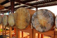 Buddistiska valsar som lägger på trätabeller som visar på det kulturellt, parkerar royaltyfri bild