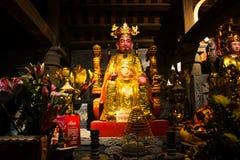 Buddistiskt altare av den thailändska templet VI nära Trang ett landskapkomplex i sommar i Tam Coc, Ninh Binh, Vietnam arkivbild