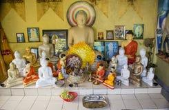 Buddistiskt altare med buddistiska statyer i templet royaltyfri bild