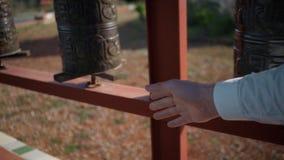 Buddistiskt bönhjul för oigenkännlig person stock video