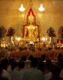 buddistiskt be för monks Arkivbilder