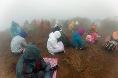 Buddistiskt folk som ber i dimman Fotografering för Bildbyråer