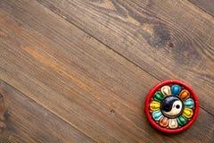 buddistiskt symbol Yin Yang symbol på mörkt träutrymme för kopia för bästa sikt för bakgrund arkivfoton