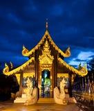 Buddistiskt tempel vid natt i Chiang Mai, Thailand Fotografering för Bildbyråer