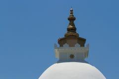 Buddistiskt torn i borggården av ett lägenhethus Arkivbild