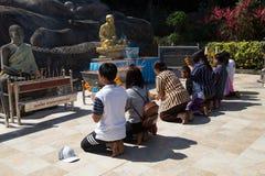 Buddistiskt troget ber i den Tham Pha Daen Wat templet, Sakon Nakhon, Thailand royaltyfria bilder