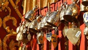 _ Buddistklockor i templet Sakralt symbol Be klockor för traditionell buddist stock video
