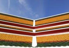 Buddistkyrkatak i tempel i Thailand Arkivfoto