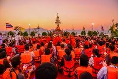 Buddistlönrespekt till den vita Buddhabilden Arkivbilder