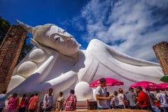 Buddistlönrespekt till den vita Buddhabilden Arkivbild