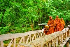 Buddistmonniken die aalmoes in ochtend marcheren te zoeken stock afbeeldingen