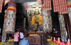 Buddyści uwielbiają Buddha przy Lama Yonghe świątynią w Pekin Obraz Stock