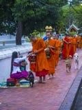 Buddyjscy datki daje ceremonii w Luang Prabang Laos zdjęcia royalty free