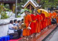 Buddyjscy datki daje ceremonii w Luang Prabang Laos zdjęcie royalty free