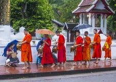 Buddyjscy datki daje ceremonii w Luang Prabang Laos obrazy royalty free