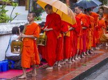 Buddyjscy datki daje ceremonii w Luang Prabang Laos obrazy stock