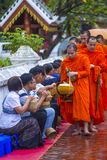 Buddyjscy datki daje ceremonii w Luang Prabang Laos fotografia royalty free