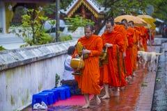 Buddyjscy datki daje ceremonii w Luang Prabang Laos zdjęcia stock