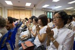 Buddyjscy ludzie one modlą się dla Buddha Obraz Stock