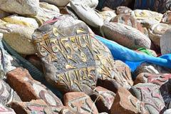 Buddyjscy modlitwa kamienie z Tybeta?skimi inskrypcjami i obrz?dkowi rysunki na ?ladzie od miasteczka Dorchen woko?o g?ry Kailash zdjęcie royalty free