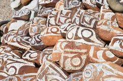 Buddyjscy modlitwa kamienie z Tybeta?skimi inskrypcjami i obrz?dkowi rysunki na sklepie jeziorny Manasarovar obraz royalty free