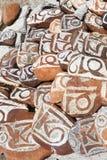 Buddyjscy modlitwa kamienie z Tybeta?skimi inskrypcjami i obrz?dkowi rysunki na sklepie jeziorny Manasarovar zdjęcia royalty free