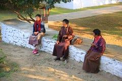 Buddyjscy pielgrzymi Na zewnątrz świątyni, Bhutan Obrazy Stock
