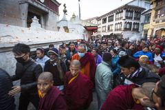 Buddyjscy pielgrzymi zbliżają stupę Boudhanath podczas świątecznego solennego Puja H H Drubwang Padma Norbu Rinpoche reinkarnacja Zdjęcie Royalty Free