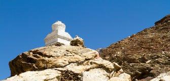 Buddyjscy stupas przy przepustką w himalajach halnych Obrazy Royalty Free