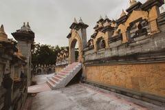 Buddyjska świątynia: Piaskowcowa pagoda w Pa Kung świątyni przy Roi Tajlandia Et zdjęcie royalty free