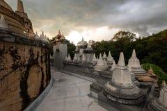 Buddyjska świątynia: Piaskowcowa pagoda w Pa Kung świątyni przy Roi Tajlandia Et zdjęcia stock