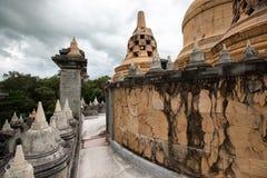 Buddyjska świątynia: Piaskowcowa pagoda w Pa Kung świątyni przy Roi Tajlandia Et obraz royalty free