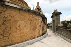 Buddyjska świątynia: Piaskowcowa pagoda w Pa Kung świątyni przy Roi Tajlandia Et zdjęcia royalty free