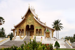 Buddyjska świątynia przy Haw Kham kompleksem w Luang Prabang (Royal Palace) (Laos) zdjęcie stock