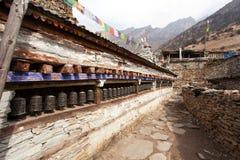 Buddyjska modlitwa wiele ściana z modlitewnymi kołami zdjęcia royalty free